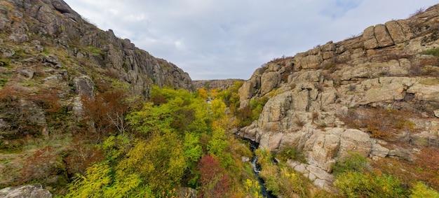 アクトフスキー峡谷とウクライナに小川が流れています
