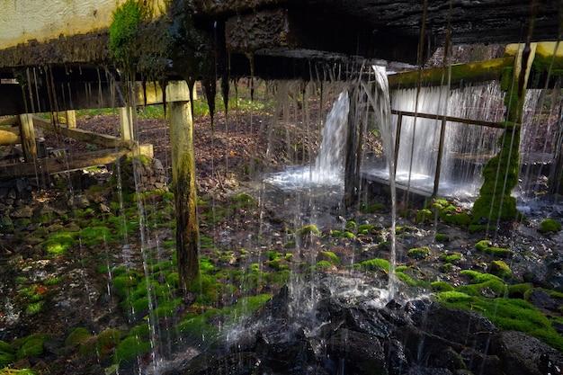 Ручей с чистой родниковой водой в старой мельнице