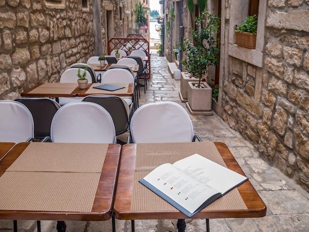 Уличное кафе, лежит на столе меню. уличное кафе.