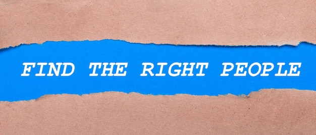 茶色の紙の間に「findtherightpeople」と刻まれた青い紙のストリップ。上から見る