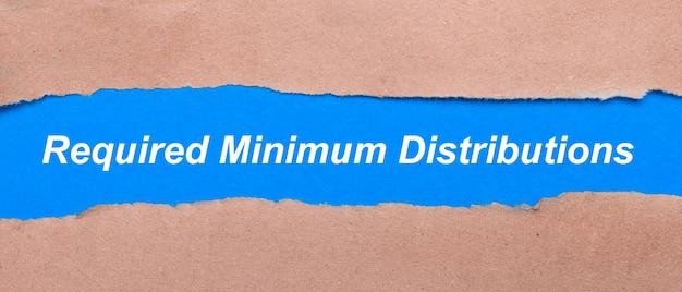 茶色の紙の間に必要な最小の分布が刻まれた青い紙のストリップ。上から見る