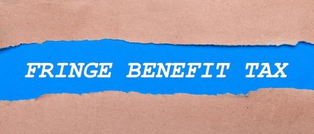 茶色の紙の間にfringebenefittaxという言葉が入った青い紙のストリップ