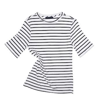 Полосатая рубашка лежит на белом фоне изолированно.