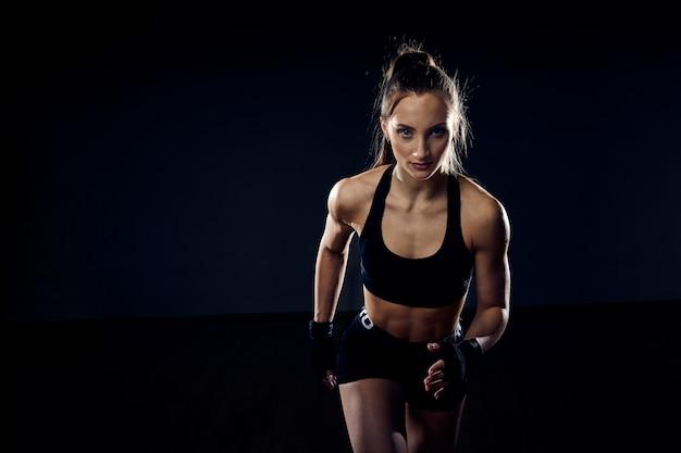 強いアスリート、女性スプリンターが実行されています。フィットネスとスポーツのコンセプトです。コピースペースとランナーの動機。