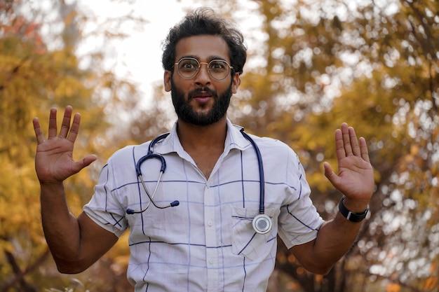 学生が医師教育コースまたはコラージュで奨学金を獲得–聴診器を持ち、成功の兆候を示している学生-医学教育の概念
