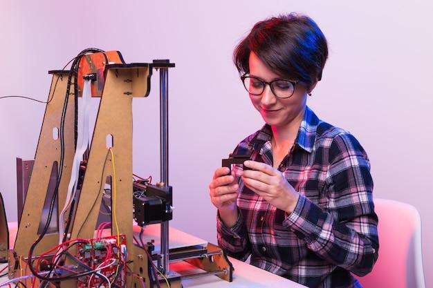 프린터에 학생 여자 인쇄 프로토 타입.