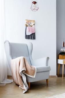 밝고 아늑한 거실의 세련된 안락 의자