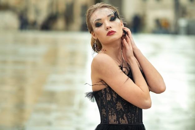 고대 프랑스 도시 아비뇽에서 검은 웨딩 드레스를 입은 세련된 신부.