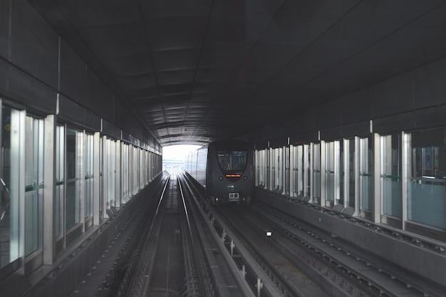 Метро или поезд туннель зрения