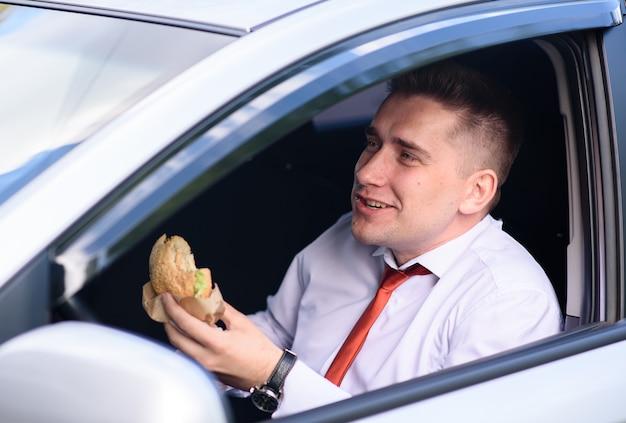 성공적인 사업가 차에서 점심