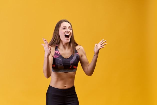 Успешный красивый спортсмен на изолированных фоне показывает ее успех победы.
