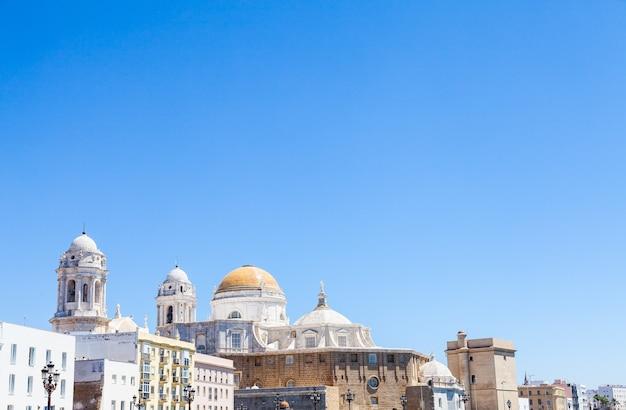 Солнечный день с глубоким синим небом в кадисе, регион андалусия, юг испании.