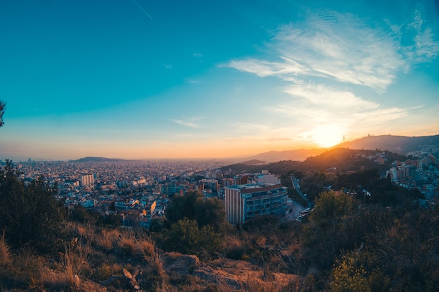 Закат в горах с городом барселона