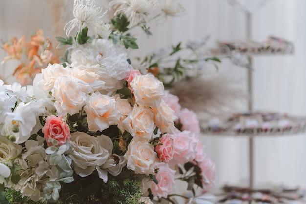 테이블에 장식할 달콤한 꽃다발. 결혼식에 오신 것을 환영합니다.