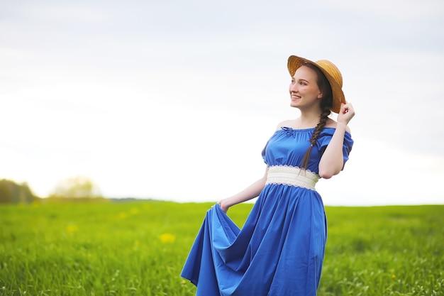 晴れた夜の散歩に田舎の甘い女の子