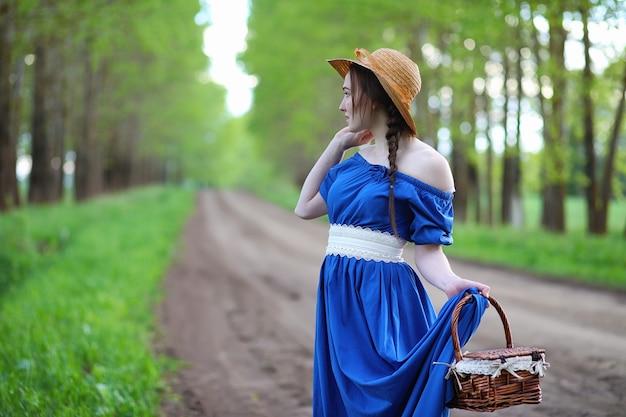 화창한 저녁에 산책하는 시골의 달콤한 소녀