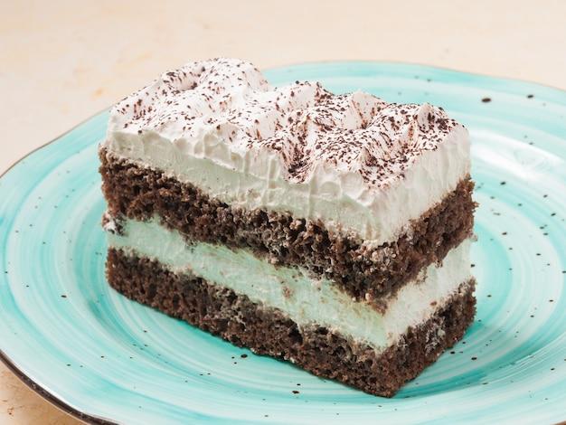 青いお皿に甘いティラミスケーキ