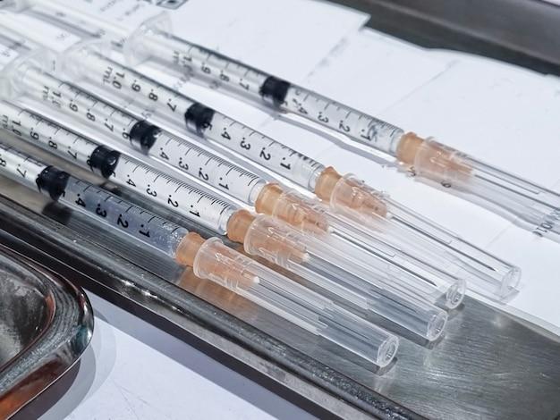 개발 실험실에서 액체 백신이 있는 주사기