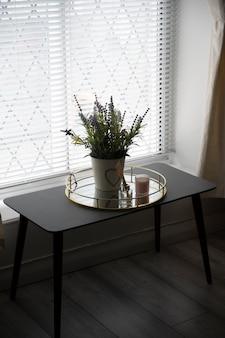 라벤더 꽃의 아름다운 꽃다발이 있는 창가의 테이블. 홈 인테리어