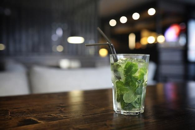 칵테일과 차 한 잔이 있는 카페의 테이블