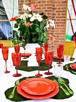 이탈리아 국기 색상인 초, 흰색, 빨간색으로 구성된 테이블 설정