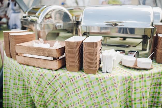 Стол с поданной едой и контейнерами.