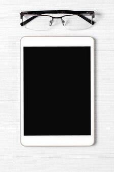 빈 화면이 및 흰색 배경에 안경 태블릿. 공간을 복사하십시오.