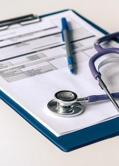 診断を説明するためのフォームが付いたタブレット、医療聴診器。あらゆる目的のための優れたデザイン。