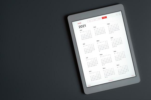 ダークグレーで2021年のオープンカレンダーを備えたタブレット