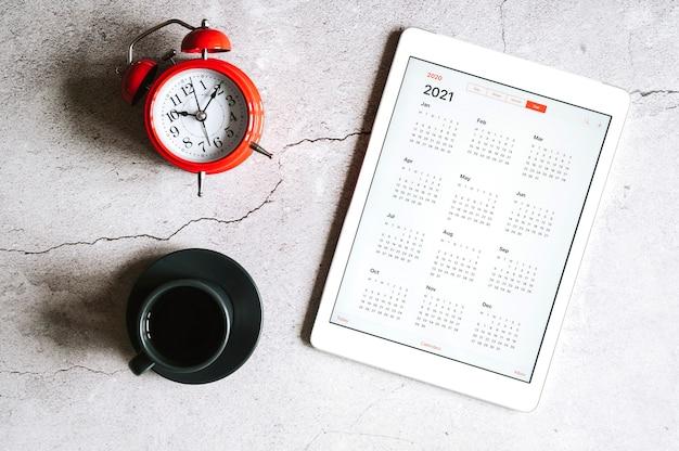 Планшет с открытым календарем на 2021 год