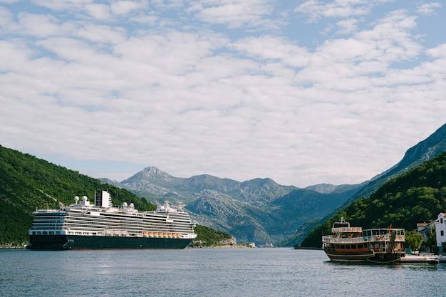 モンテネグロのボココトル湾にある、ヴェリージュ海峡の背の高い高層巨大クルーズ船