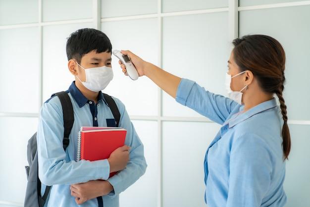 教室で温度計を使用している教師