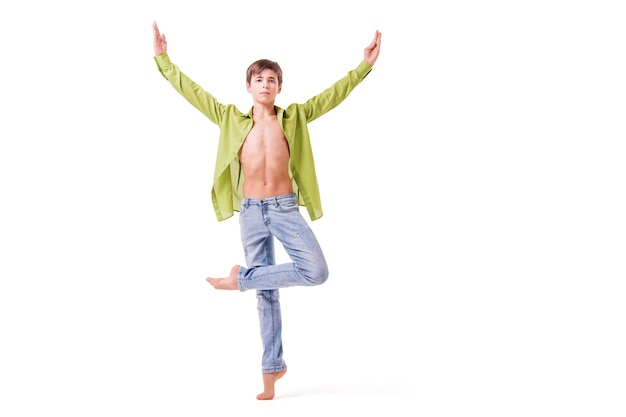 Подростковая балерина позирует босиком, изолированном на белом фоне.