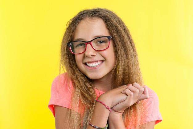 メガネと十代の少女に見えると笑顔