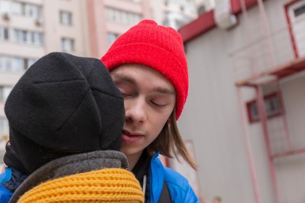 10代の男と10代の少女が抱き合っています。思春期の関係の概念