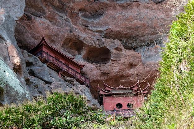 柱に支えられた崖の上の寺院