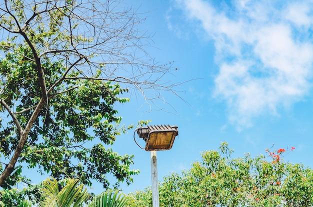 青い空を背景にしたテニスコートのランプ