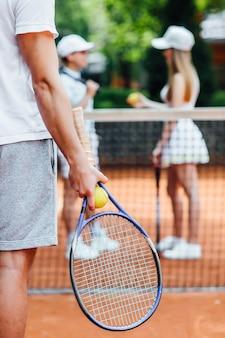 テニスプレーヤーの男性は、試合中にテニスボールを提供する準備をします。