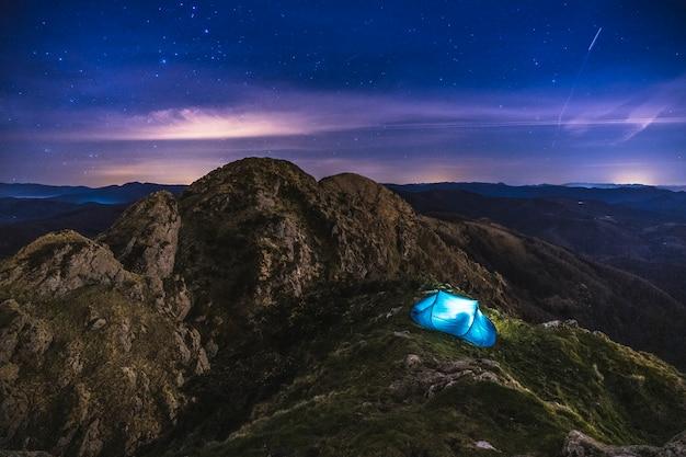 Палатка под звездами на горе пеньяс-де-айя в ойярсуне одной зимней ночью. страна басков