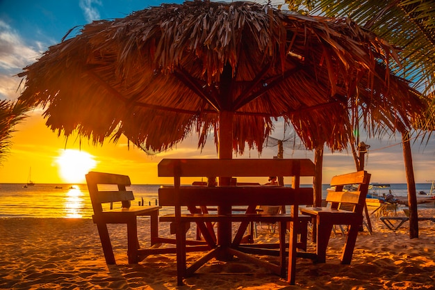 ロアタン島のウエストエンドビーチからのサンセットビーチのテラス。ホンジュラス
