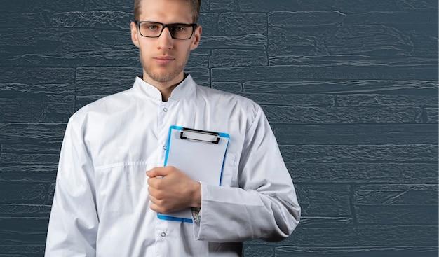トレンディな白い制服で隔離された医者の体