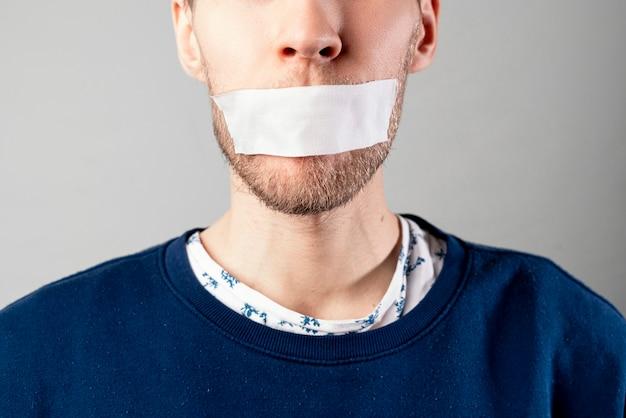 Мужчина с лентой закроет рот, перестанет говорить и выключится