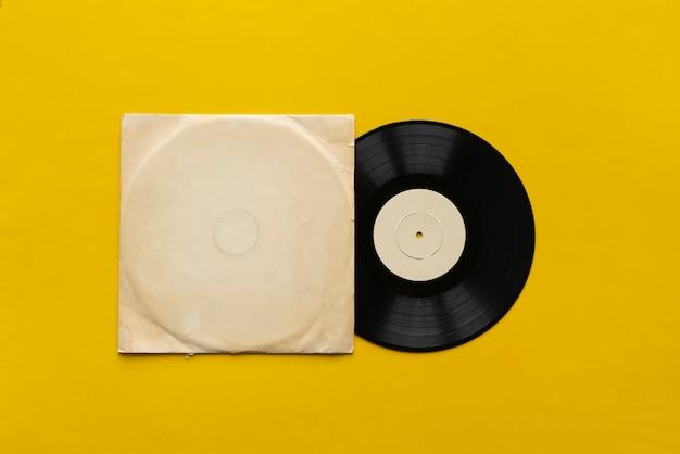 Шаблон макета с новым виниловым диском на цветной поверхности, дизайн обложки музыкального альбома.