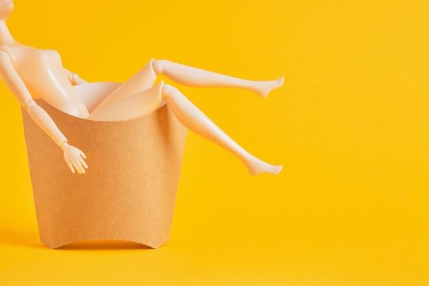 감자튀김으로 만든 판지 상자에 든 얇은 인형, 신체 긍정적인 개념, 섭식 장애, 여성에게 미적 기준을 부과
