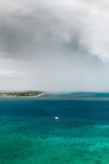 インド洋のモーリシャス島の海岸に接近する雷雨。