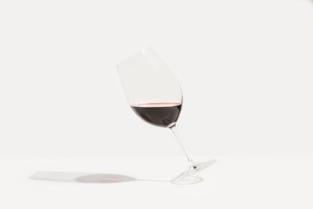 赤ワインの傾斜したグラス