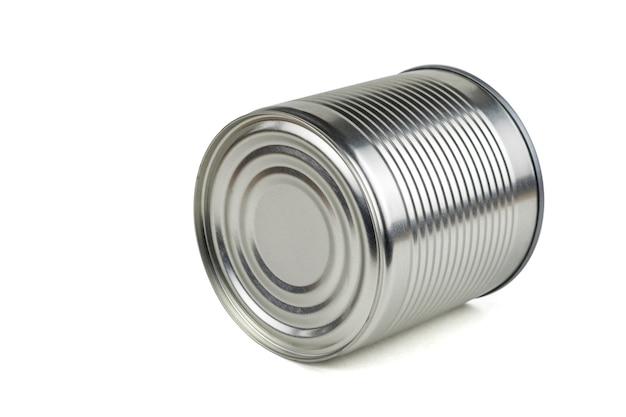白い背景で隔離のその側に横たわっているブリキ缶。缶詰用のユニバーサルコンテナ。