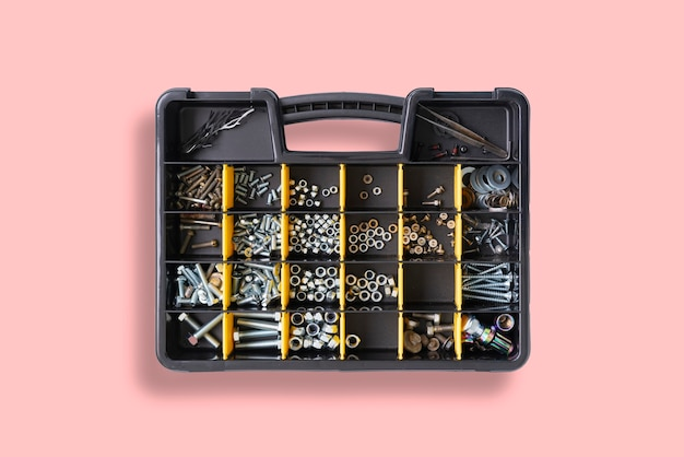 작업장에서 나사, 앵커, 못, 볼트 및 기타 도구가있는 셀이있는 도구 상자