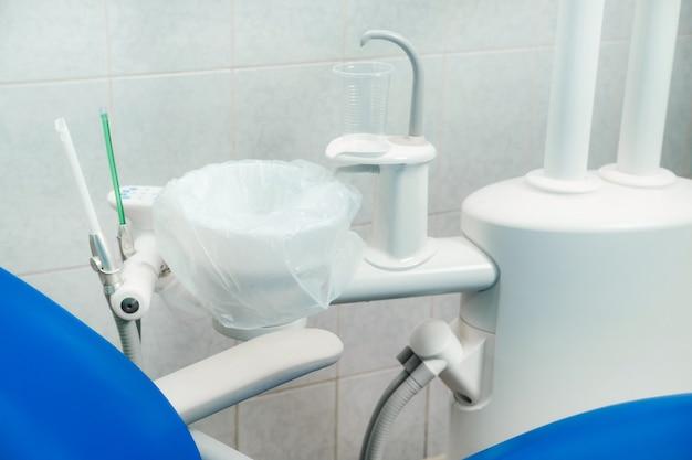 Инструмент для стоматолога перед работой в своем кабинете.