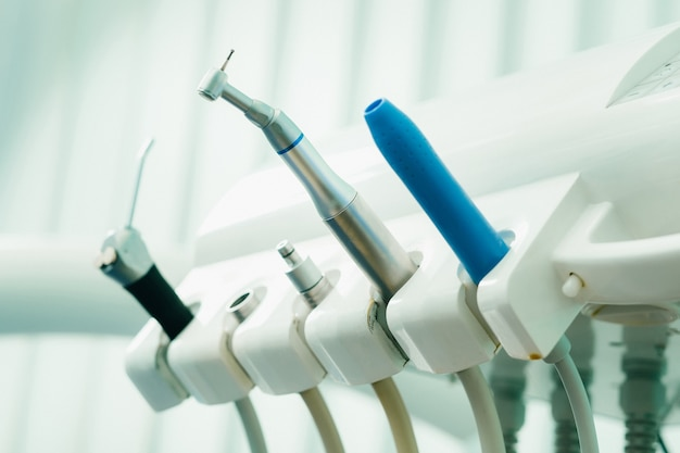 그의 사무실에서 일하기 전에 치과 의사를위한 도구.